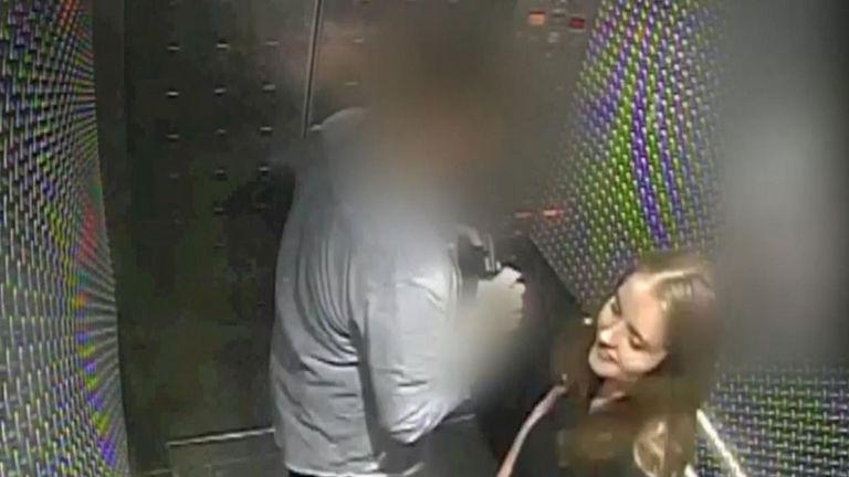 Des images de la caméra de sécurité montrant la cartouchière britannique Grace Millane rencontrant sa date de contact avec Tinder et maintenant accusé du meurtre ont été présentées au jury lors de son procès pour meurtre en Nouvelle-Zélande.