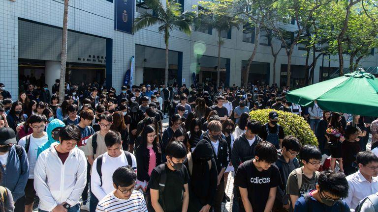 Les étudiants ont rendu hommage à Chow Tsz-lok après son décès vendredi