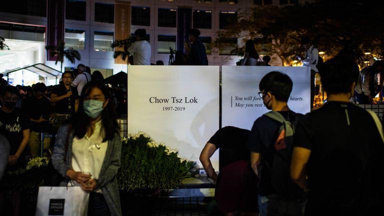 Les étudiants ont assisté à une cérémonie vendredi soir pour rendre hommage à Chos Tsz-lok