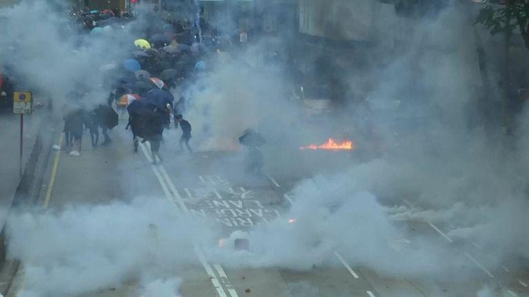 Défiant l'interdiction de la police, des milliers de manifestants affluaient samedi dans le quartier commerçant central de Hong Kong pour un autre rassemblement.