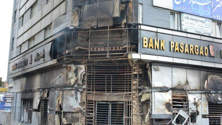 Une branche brûlée de la banque iranienne Pasargad incendiée par des manifestants