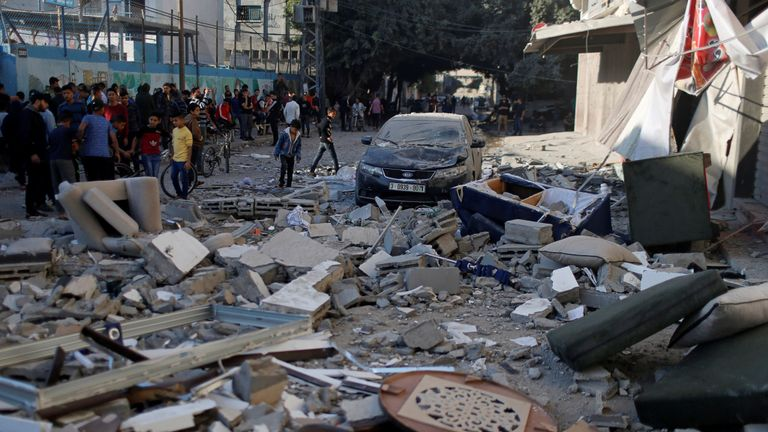 Des foules se sont rassemblées près de la maison Baha Abu Al-Atta après avoir été touchée par une frappe israélienne