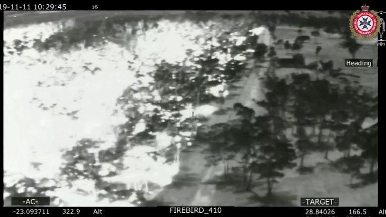 Une vue aérienne en noir et blanc montre la propagation des feux de brousse (L) dans le Queensland, en Australie, le 11 novembre 2019. Photo prise le 11 novembre 2019. Photo: Services d'incendie et d'urgence à Queensland