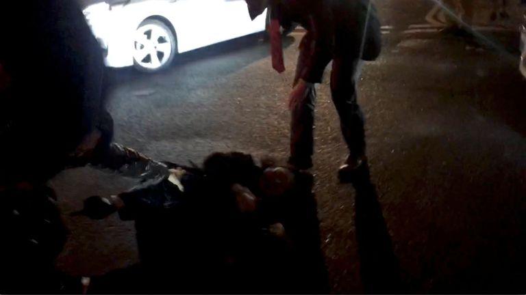 Teresa Cheng tombe après que les manifestants l'aient entourée