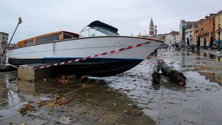 Un bateau-taxi transporté par l'eau après une nuit record de hauts niveaux d'eau est vu sur le rivage à Venise