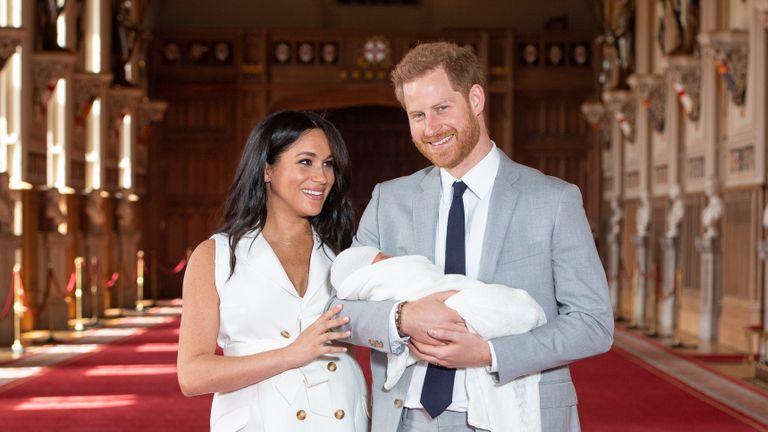Le duc et la duchesse de Sussex avec leur petit fils Archie, peu de temps après sa naissance en mai