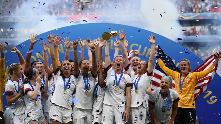Les joueurs des États-Unis célèbrent avec le trophée après la finale de la Coupe du monde de football féminin France 2019 entre les États-Unis et les Pays-Bas, le 7 juillet 2019, au stade de Lyon à Lyon, dans le centre-est de la France. (Photo de FRANCK FIFE / AFP) (Le crédit photo doit se lire FRANCK FIFE / AFP / Getty Images)