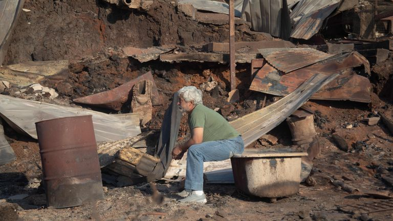 Un homme regarde la destruction causée par un incendie de forêt sur la colline Rocuant à Valparaiso, au Chili, le 25 décembre 2019. - Plus de 100 maisons ont été touchées par un incendie de forêt mardi à Valparaiso, où une alerte rouge a été déclarée. (Photo de Pablo Rojas Maradiaga / AFP) (Photo de PABLO ROJAS MARADIAGA / AFP via Getty Images)