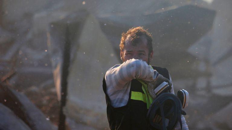 Un pompier réagit après avoir travaillé pour éteindre un incendie suite à la propagation des incendies de forêt à Valparaiso, au Chili, le 24 décembre 2019. REUTERS / Rodrigo Garrido