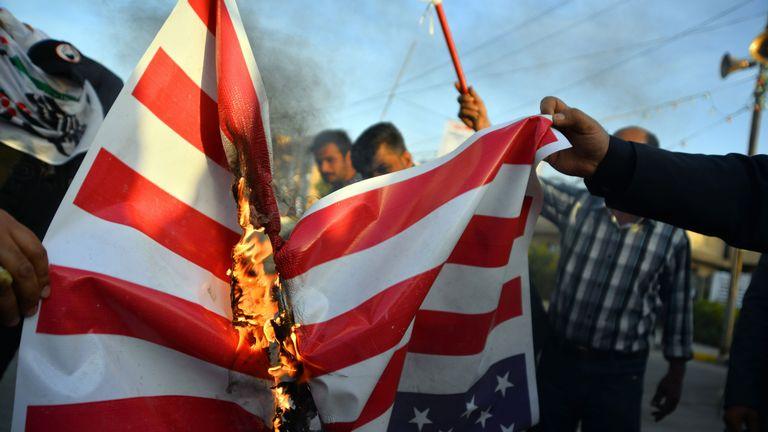 Les Irakiens brûlent un drapeau national américain le 30 décembre 2019, lors d'une manifestation pour dénoncer les attaques de la nuit précédente par des avions américains sur plusieurs bases appartenant aux brigades du Hezbollah près d'Al-Qaim, un district irakien limitrophe de la Syrie. - Les frappes aériennes américaines contre un groupe pro-iranien en Irak auraient tué au moins 25 combattants, déclenchant la colère dans un pays pris dans les tensions croissantes entre Téhéran et Washington. (Photo de Haidar HAMDANI / AFP) (Photo de HAIDAR HAMDANI / AFP via Getty Images)