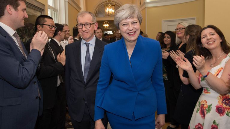 Theresa May entre au 10 Downing Street après être revenue de voir la reine