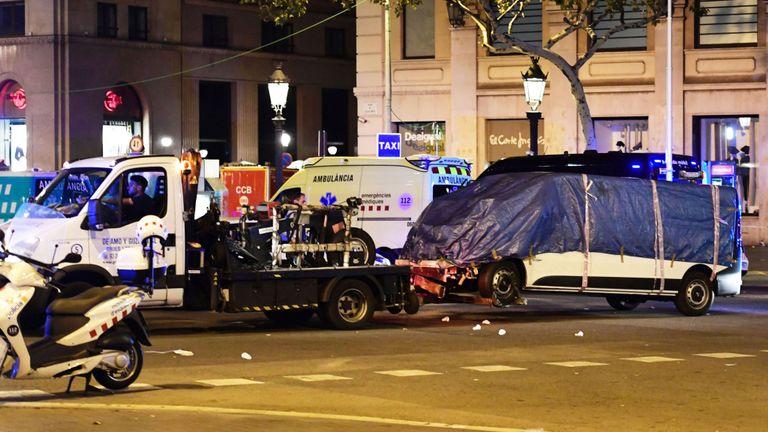 La camionnette qui a pénétré dans la foule, tuant au moins 13 personnes et en blessant une centaine d'autres, est remorquée loin de la Rambla à Barcelone