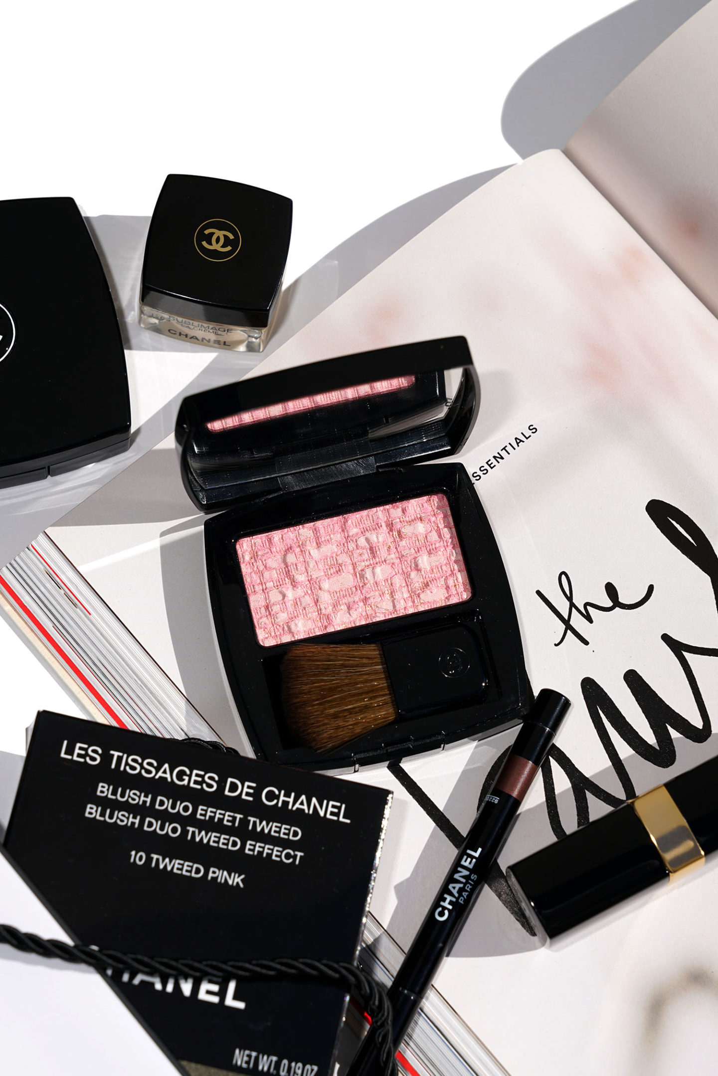 Nouveau Chanel Les Tissages de Chanel Tweed Pink Blush Le Look Book Beauty