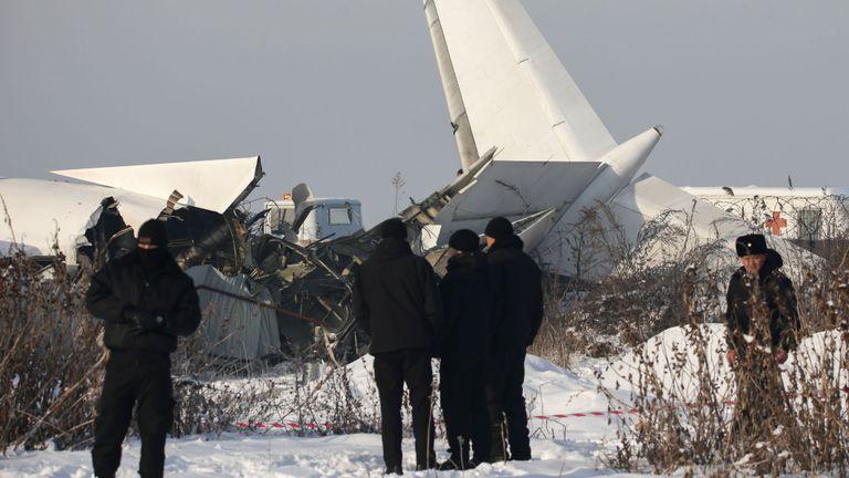 Le personnel d'urgence et de sécurité est vu sur le site d'un accident d'avion près d'Almaty, au Kazakhstan, le 27 décembre 2019