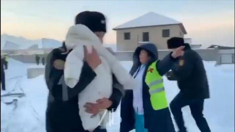 Un bébé est transporté de l'épave d'un accident d'avion à Almaty, au Kazakhstan