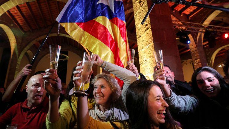 Les gens réagissent aux résultats des élections régionales de Catalogne lors d'un rassemblement de l'Assemblée nationale catalane (ANC) à Barcelone, en Espagne, le 21 décembre 2017. REUTERS / Albert Gea IMAGES TPX DU JOUR
