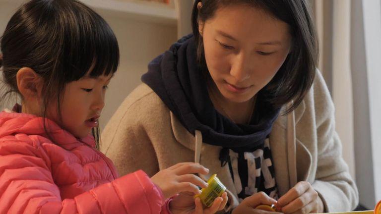 Fang Jing est un entrepreneur de 34 ans qui vit à Shanghai. Elle a une fille.