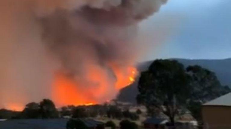 Le 31 décembre, des feux de brousse menaçant la ville de Corryong, Victoria, ont brillé dans les collines entourant la municipalité. Pic: Brooke Whitehead via Storyful