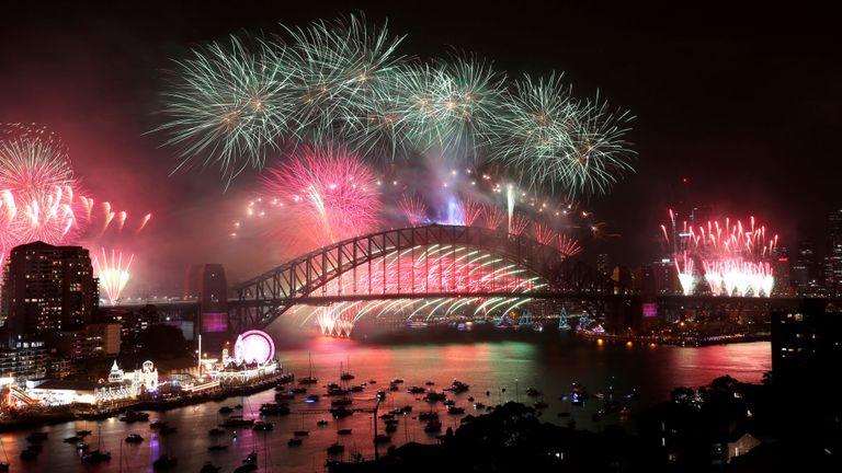 L'eau s'illumine de couleurs alors que Sydney célèbre le réveillon du Nouvel An