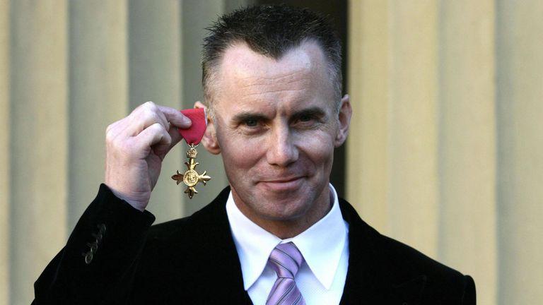 Rhodes a obtenu un OBE pour ses services à l'industrie hôtelière en 2006
