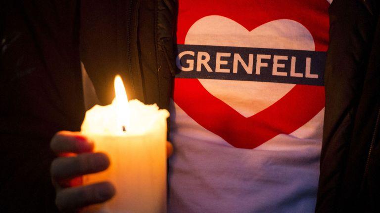 Les gens participent à une marche silencieuse pour les victimes de l'incendie de la tour Grenfell dans l'ouest de Londres
