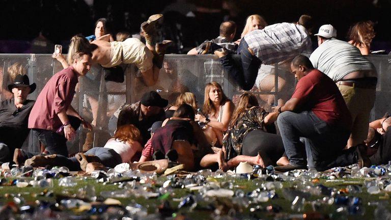 Les gens se bousculent pour s'abriter au festival de musique country Route 91 Harvest