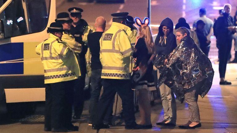 Des policiers proches de la Manchester Arena après une attaque terroriste à l'issue d'un concert de la star américaine Ariana Grande.