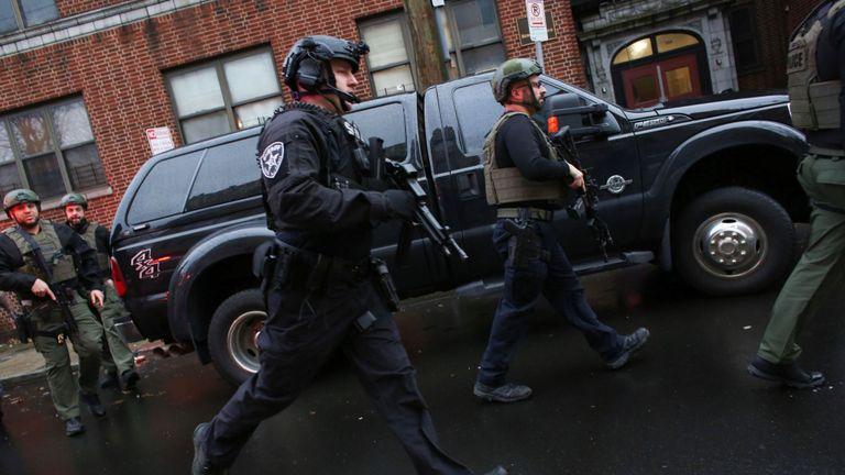Des policiers arrivent sur les lieux