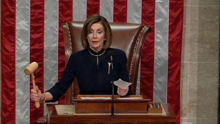 Le leader de la majorité à la Chambre, Nancy Pelosi, abat le marteau lors du premier vote pour destituer le président Trump