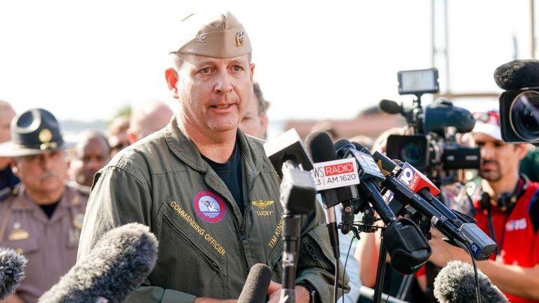 Le commandant Timothy Kinsella Jr prend la parole lors d'une conférence de presse à la suite de la fusillade sur la base aérienne navale de Pensacola