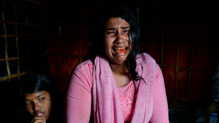 Une veuve et une mère rohingyas fondent en larmes en décrivant les meurtres dans son village