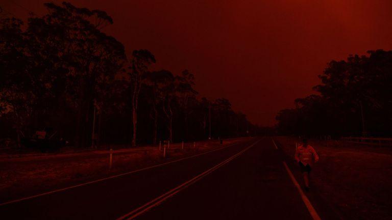 Les résidents regardent l'évolution des conditions près de la ville de Sussex Inlet le 31 décembre 2019 à Sydney, Australie