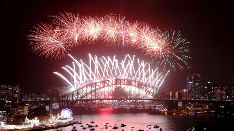 SYDNEY, AUSTRALIE - 01 janvier: des feux d'artifice illuminent le ciel au-dessus du port de Sydney pendant les feux d'artifice de minuit lors des célébrations du Nouvel An le 1er janvier 2020 à Sydney, en Australie. (Photo de Cameron Spencer / Getty Images)