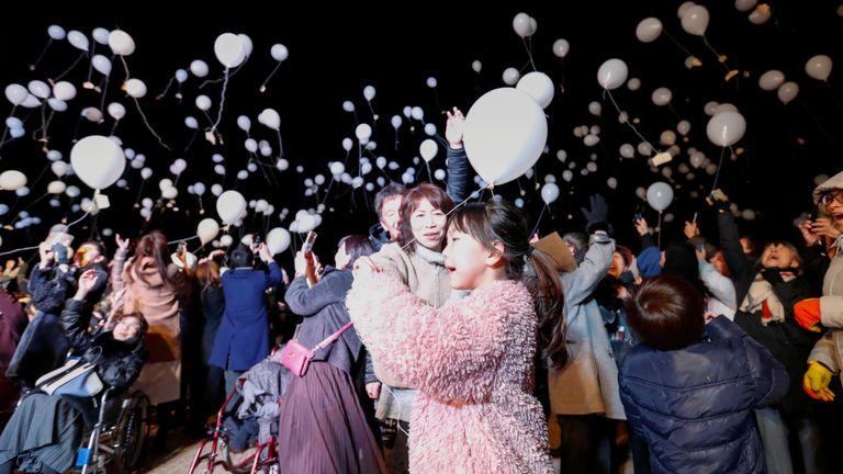 Les fêtards lancent des ballons lors d'un compte à rebours du Nouvel An à Tokyo
