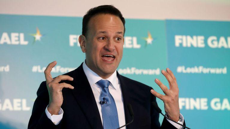 Le Premier ministre irlandais Leo Varadkar parle lors de sa visite au constructeur de chariots élévateurs Combilift Ireland à leur siège mondial à Monaghan en Irlande le 15 janvier 2020 où ils ont lancé la campagne électorale générale du Fine Gael. - L'Irlande se rendra aux urnes le mois prochain lors d'élections législatives anticipées, a déclaré mardi le Premier ministre Leo Varadkar, cherchant à tirer parti de sa part pour négocier l'accord sur le Brexit. (Photo par Paul Faith / AFP) (Photo par PAUL FAITH / AFP via Getty Images)