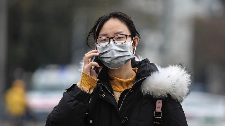 WUHAN, CHINE - 17 JANVIER: (CHINE OUT) Une femme porte un masque en passant devant le marché de gros fermé de Huanan Seafood, qui a été lié à des cas de coronavirus, le 17 janvier 2020 à Wuhan, dans la province du Hubei, en Chine. Les autorités locales ont confirmé qu'une deuxième personne dans la ville est décédée d'un virus de type pneumonie depuis le début de l'épidémie en décembre. (Photo par Getty Images)
