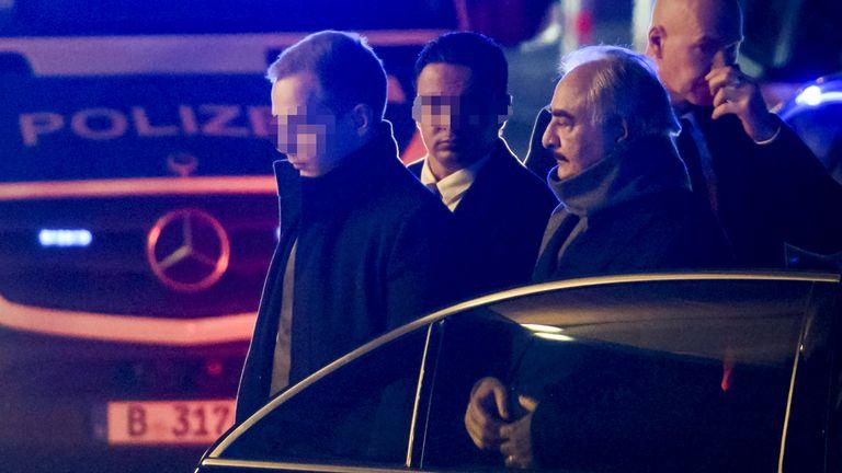 L'homme fort libyen Khalifa Haftar (2ndR) est entouré de personnel de sécurité alors qu'il sort de sa voiture à son arrivée à son hôtel à Berlin le 18 janvier 2020, à la veille d'une conférence de paix sur la Libye qui se tiendra à la Chancellerie. - Les dirigeants mondiaux se réuniront à Berlin le 19 janvier 2020 pour faire un nouvel élan en faveur de la paix en Libye, dans une tentative désespérée d'empêcher la nation ravagée par le conflit de se désintégrer en une