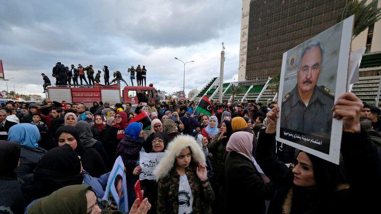 Des manifestants libyens crient des slogans lors d'une manifestation contre la décision du parlement turc d'envoyer des forces turques en Libye, à Benghazi, en Libye, le 3 janvier 2020. REUTERS / Esam Omran Al-Fetori