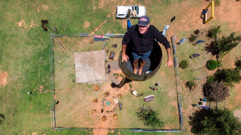 Une vue aérienne montre Vernon Kruger, 52 ans, debout dans un tonneau au sommet d'un poteau à 25 mètres au-dessus du sol à Dullstroom le 16 janvier 2020. - Vernon Kruger est sur le point de battre un record du monde Guinness établi par lui-même en 1997 où il s'est assis sur la perche pendant 54 jours. Il a commencé sa nouvelle tentative le 14 novembre 2019 et d'ici le 20 janvier 2020, Kruger atteindra son objectif de passer 64 jours assis en pole. (Photo par ANTOINE DEMAISON / AFP) (Photo par ANTOINE DEMAISON / AFP via Getty Images)