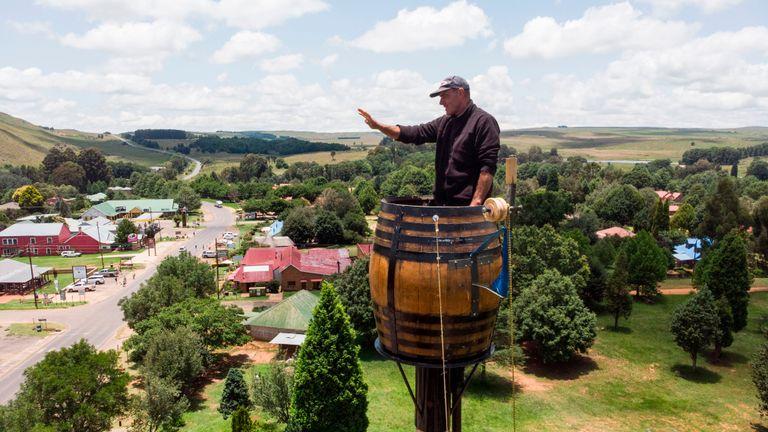 Une vue aérienne montre Vernon Kruger, 52 ans, gesticulant en se tenant dans un tonneau au sommet d'un poteau à 25 mètres au-dessus du sol à Dullstroom le 16 janvier 2020. - Vernon Kruger est sur le point de battre un record du monde Guinness établi par lui-même en 1997 où il est resté en pole pendant 54 jours. Il a commencé sa nouvelle tentative le 14 novembre 2019 et d'ici le 20 janvier 2020, Kruger atteindra son objectif de passer 64 jours assis en pole. (Photo par ANTOINE DEMAISON / AFP) (Photo par ANTOINE DEMAISON / AFP via Getty Images)