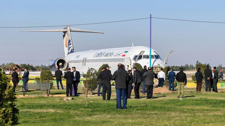 Cette photo prise le 27 janvier 2020 à Bandar-e Mahshahr, dans le sud-ouest de l'Iran, montre un avion McDonnell Douglas MD-83 de Caspian Airlines qui a atterri sur une autoroute après avoir dépassé l'autoroute lors de son approche. Aucune victime n'a été signalée selon la télévision d'Etat. - L'avion volait de l'aéroport Mehrabad de Téhéran avec 135 passagers plus l'équipage de l'avion. Un journaliste de la télévision d'État voyageant dans l'avion a déclaré au radiodiffuseur que l'avion