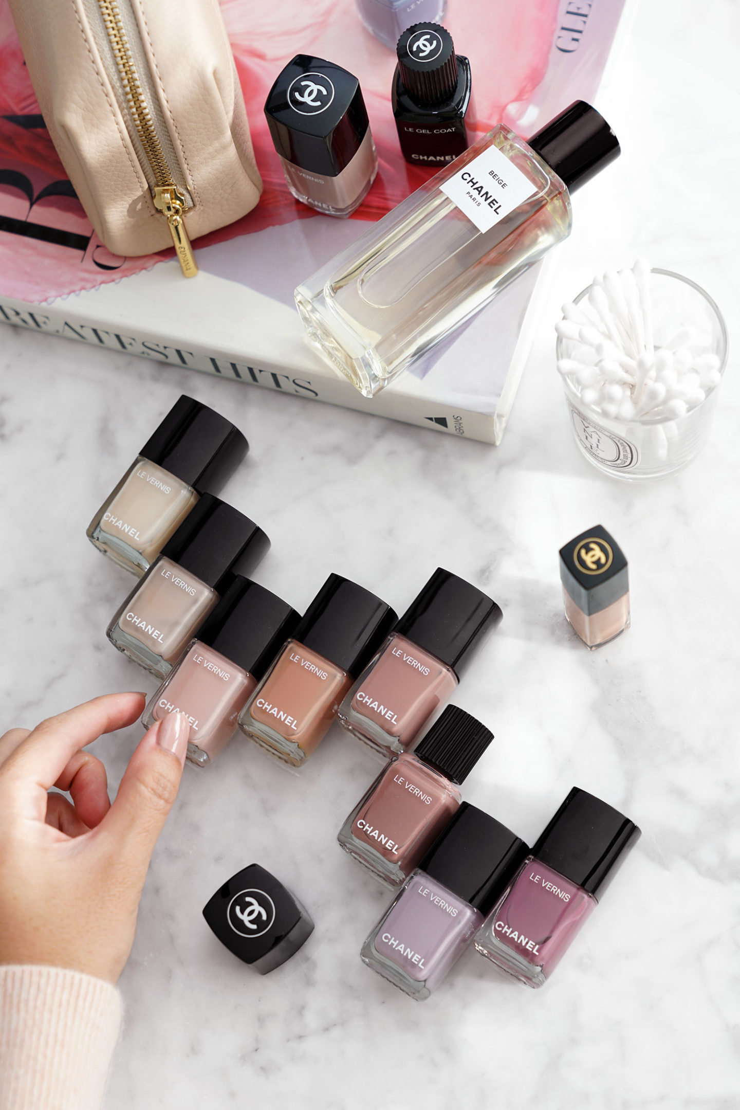 Meilleurs vernis à ongles neutres Chanel via The Beauty Look Book