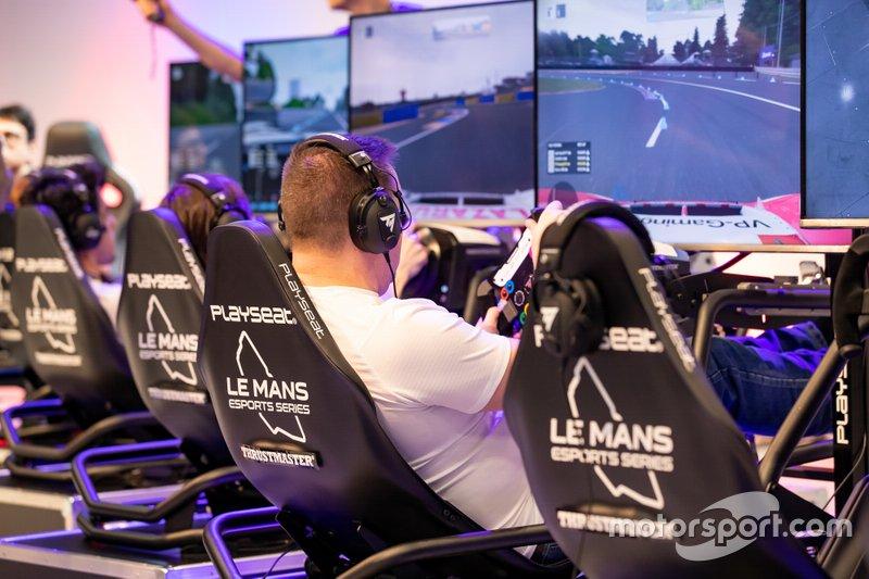 Un fan utilise l'une des plateformes de simulation du Mans eSports Series