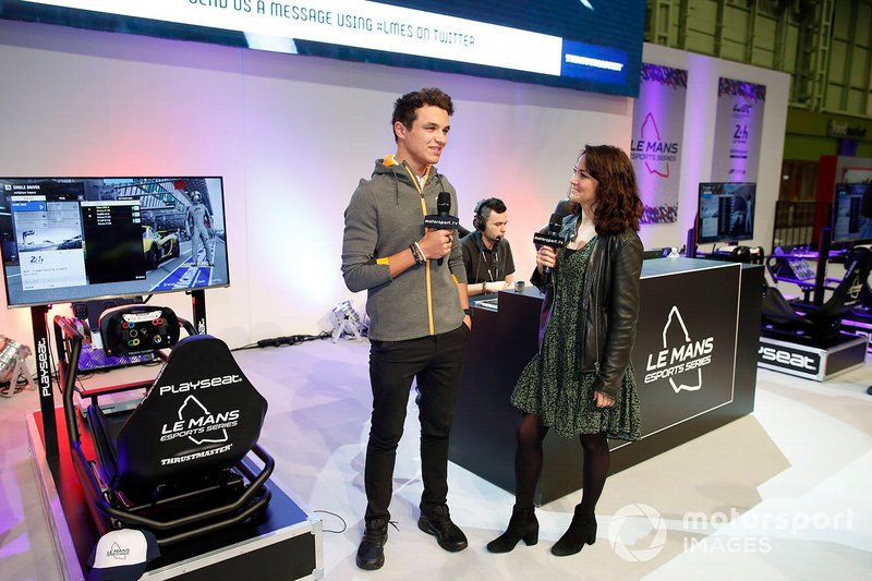 Lando Norris, McLaren est interviewé sur le stand Le Mans eSports Series