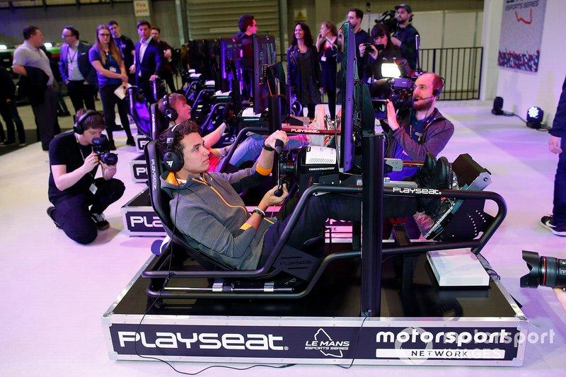 Lando Norris, McLaren sur le simulateur au stand Le Mans eSports Series