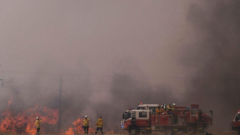 Les équipes d'incendie travaillent pour contenir un incendie près de Canberra