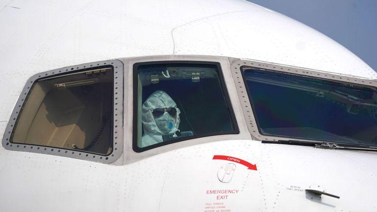 Un pilote stationne un avion dans la zone de déchargement de l'aéroport international de Wuhan Tianhe