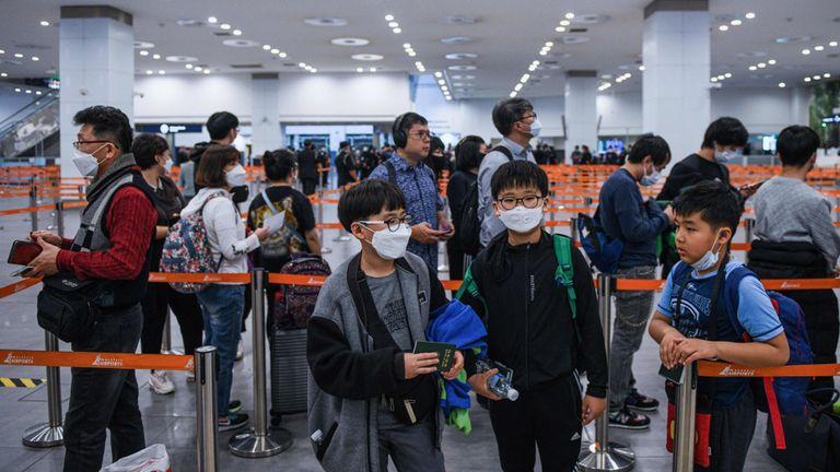 Les passagers font la queue à l'immigration à l'aéroport de Kuala Lumpur