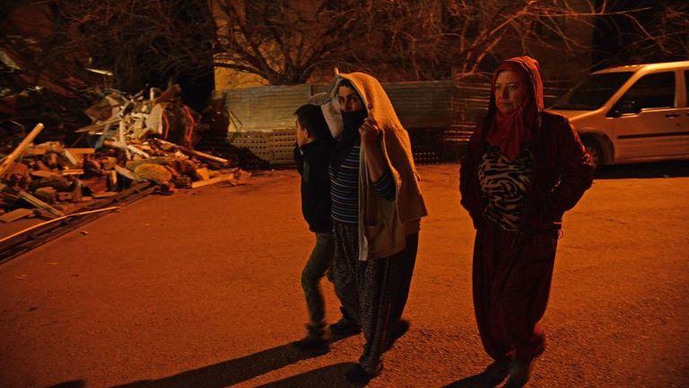 Les habitants marchent dans une rue à la suite d'un tremblement de terre de magnitude 6,8 à Elazig