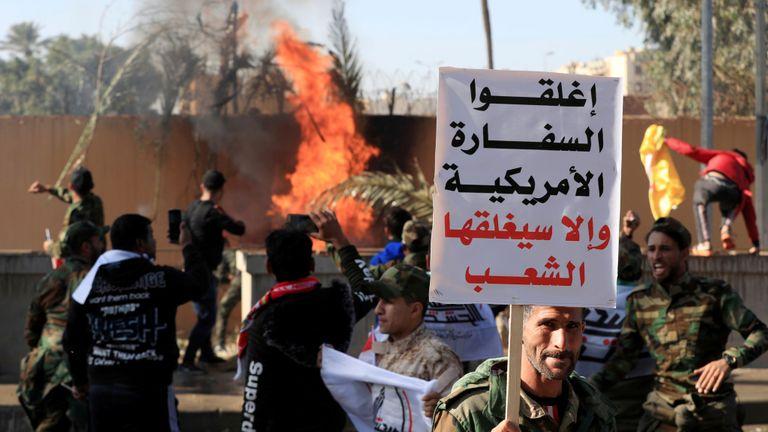 Ce panneau de protestation se lit comme suit: & # 39; Fermez l'ambassade américaine sinon les gens la fermeront & # 39;